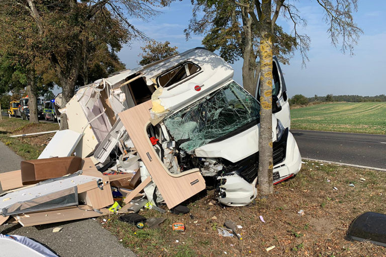 Autorulotă cu numere false, condusă de un tânăr fără permis, distrusă în accident