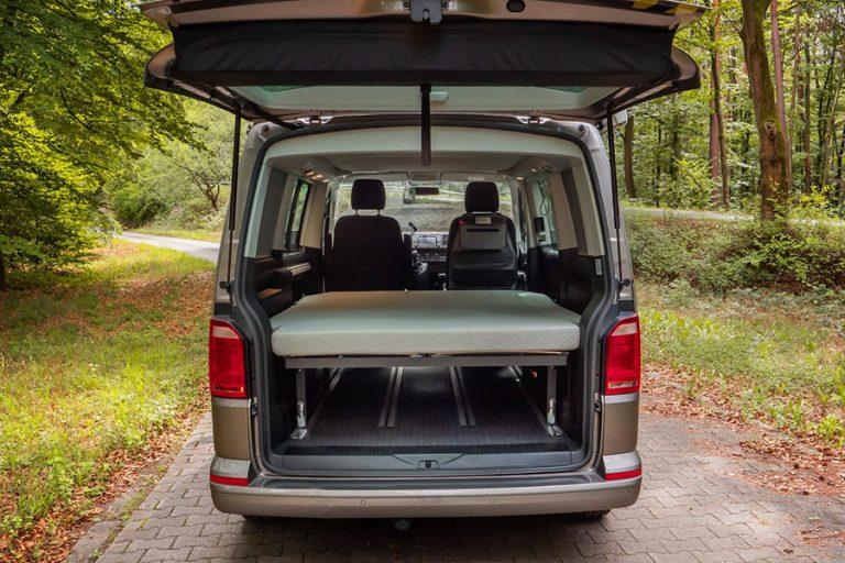 Un pat confortabil și ușor de instalat transformă imediat vanul într-un camper van