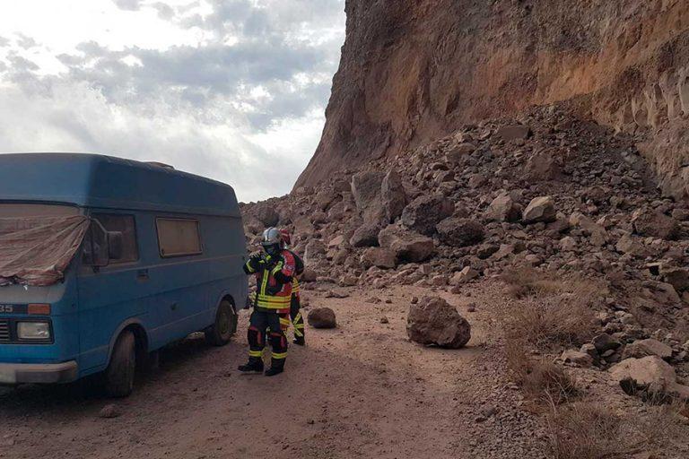Atenție unde campați! O alunecare de teren pe insula La Gomera din Insulele Canare surprinde autorulotele campate